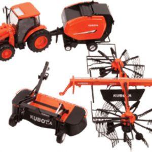 Tractor Kubota con rastrillo y accesorios